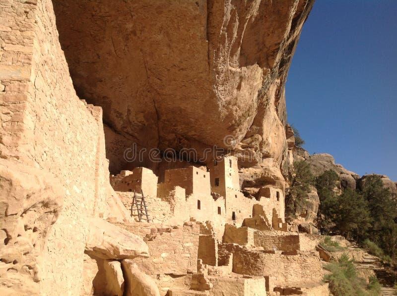 Mesa verde, een oude stad bouwde het hol in stock afbeeldingen