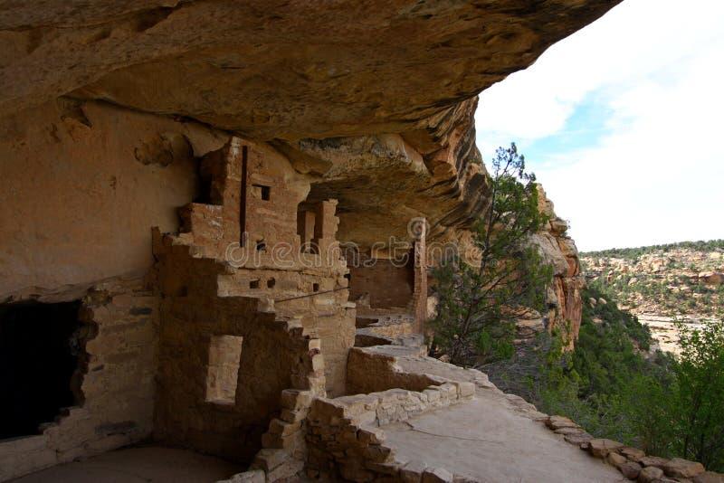 Mesa Verde Lodge omhoog hoog op een klip stock afbeelding