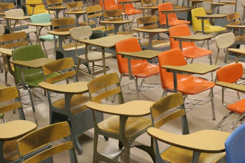 Mesas coloridas do estudante fotos de stock