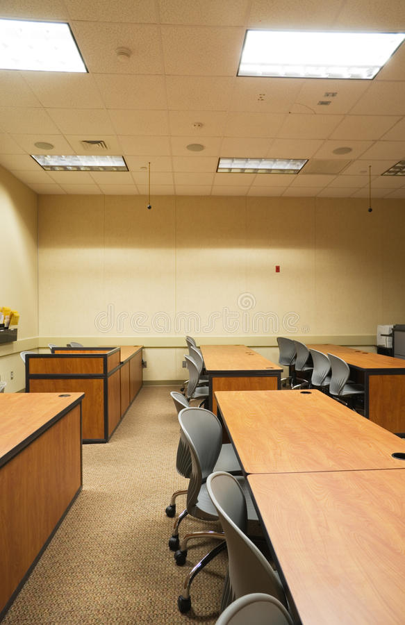 Mesas da sala de aula imagens de stock