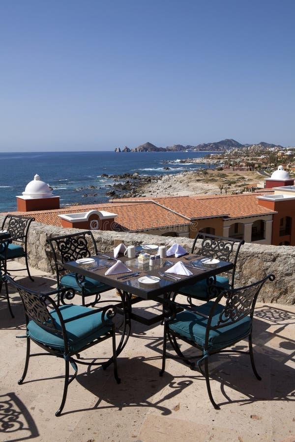 Mesas de comedor con una gran vista del Cabo San Lucas fotos de archivo