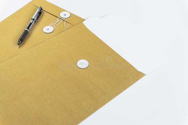 Mesas de escritório com equipamento e documentos que de escritório você se usa com seus produtos imagens de stock