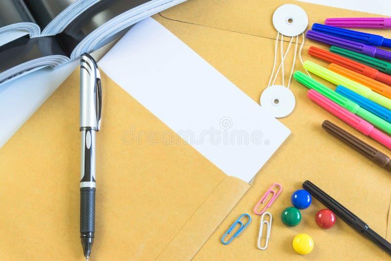 Mesas de escritório com equipamento e documentos que de escritório você se usa com seus produtos foto de stock