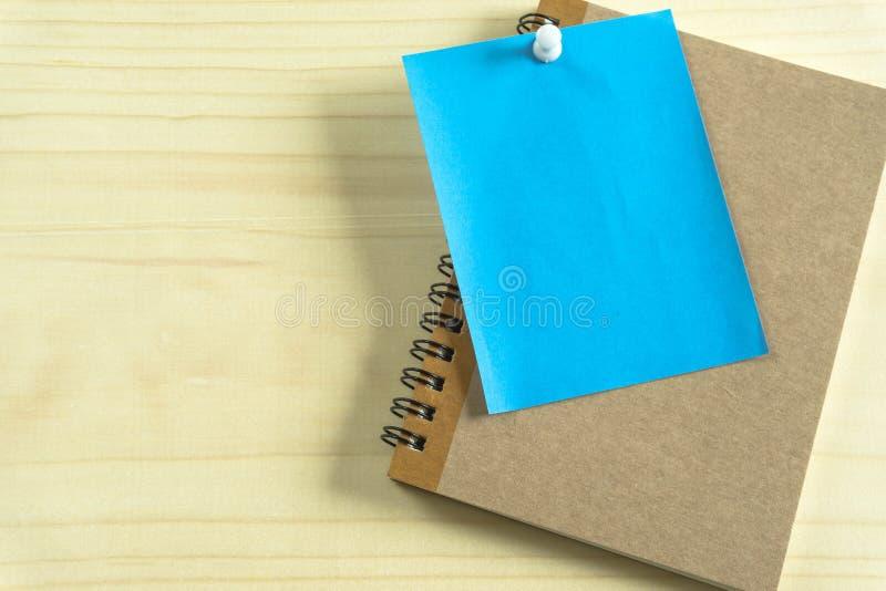 Mesas de escritório com equipamento e documentos que de escritório você se usa com seus produtos fotografia de stock