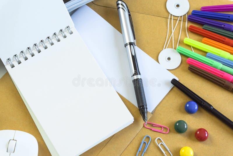 Mesas de escritório com equipamento e documentos que de escritório você se usa com seus produtos fotos de stock