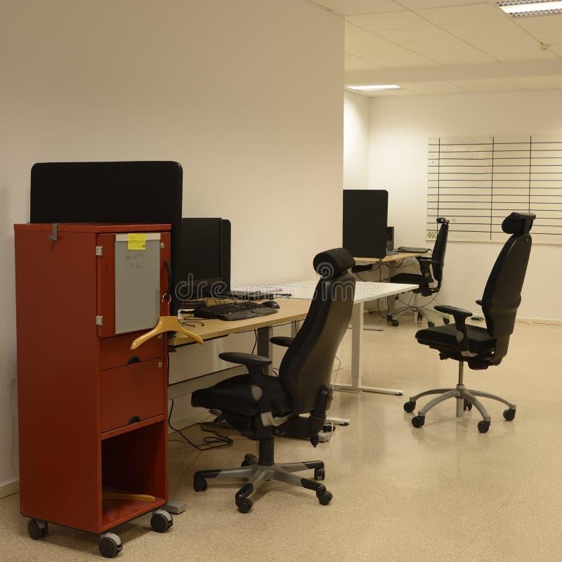 Mesas e cadeiras de escritório fotos de stock