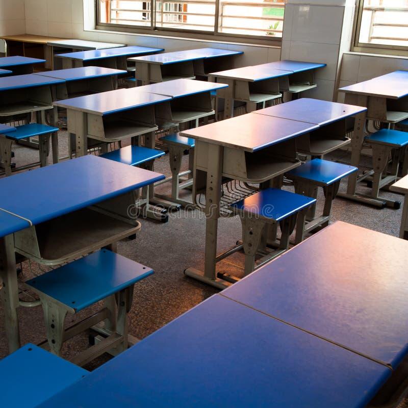 Mesas e cadeiras do estudante imagem de stock