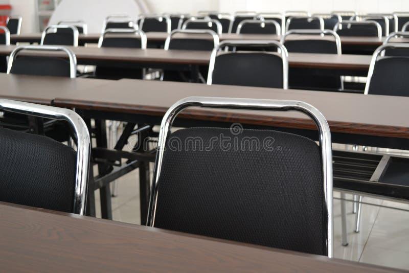 Mesas na sala de aula fotografia de stock royalty free