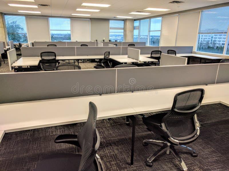 Mesas vazias no escritório fotos de stock royalty free