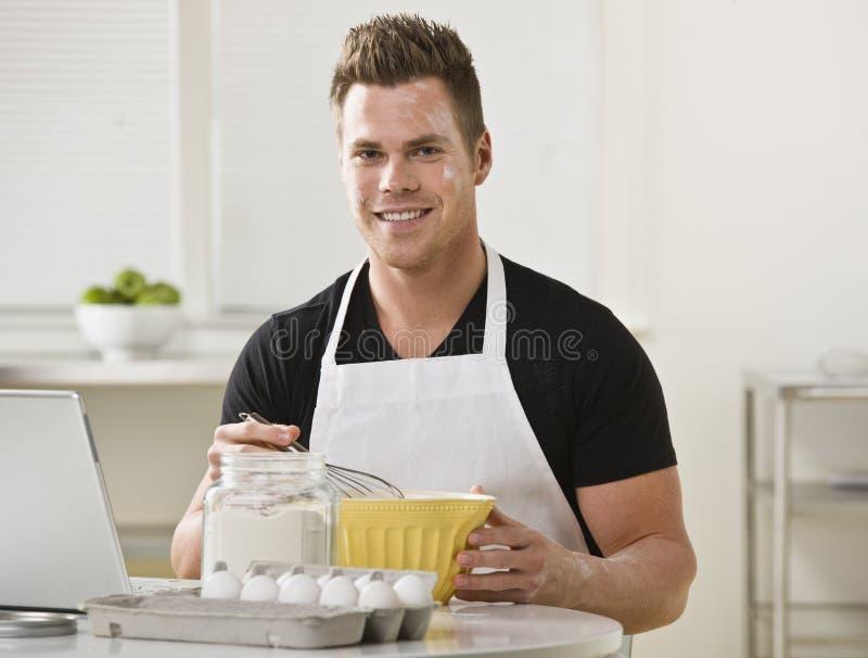 mescolanza dell'uomo della cucina degli ingredienti fotografia stock