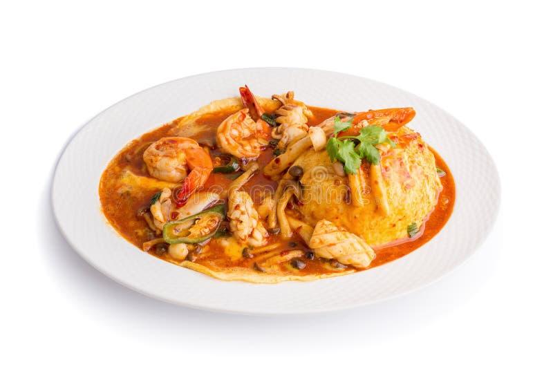 Mescoli Fried Seafood con riso isolato su fondo bianco immagine stock libera da diritti