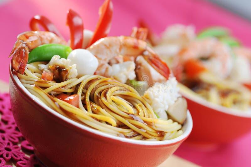 Mescoli gli spaghetti fritti con il gamberetto, il calamaro e l'uovo dei frutti di mare fotografie stock libere da diritti