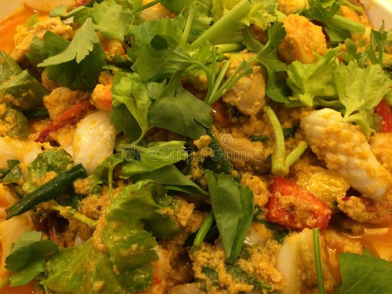 Mescoli il calamaro fritto con l'uovo salato York nel pranzare di notte resturant fotografia stock
