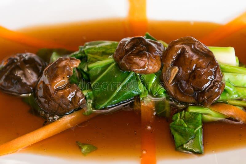 Mescoli il cavolo fritto con la salsa dell'ostrica con i funghi fotografie stock