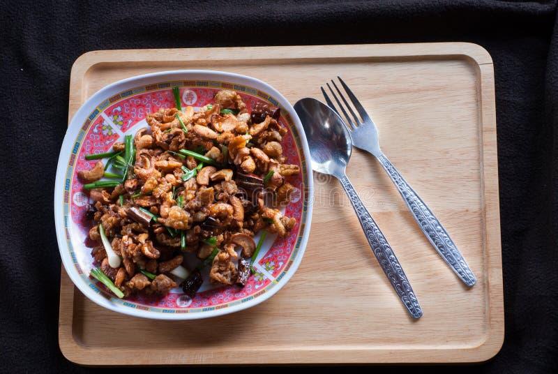Mescoli il pollo infornato con gli anacardi un alimento tailandese famoso fotografia stock libera da diritti