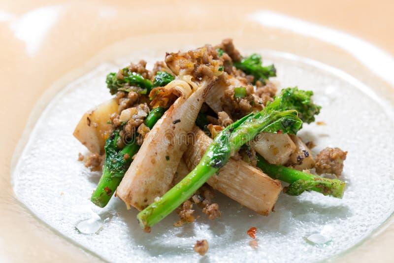Mescoli il sapore fritto dei germogli di bambù e dell'acciuga raccomandati d fotografia stock libera da diritti