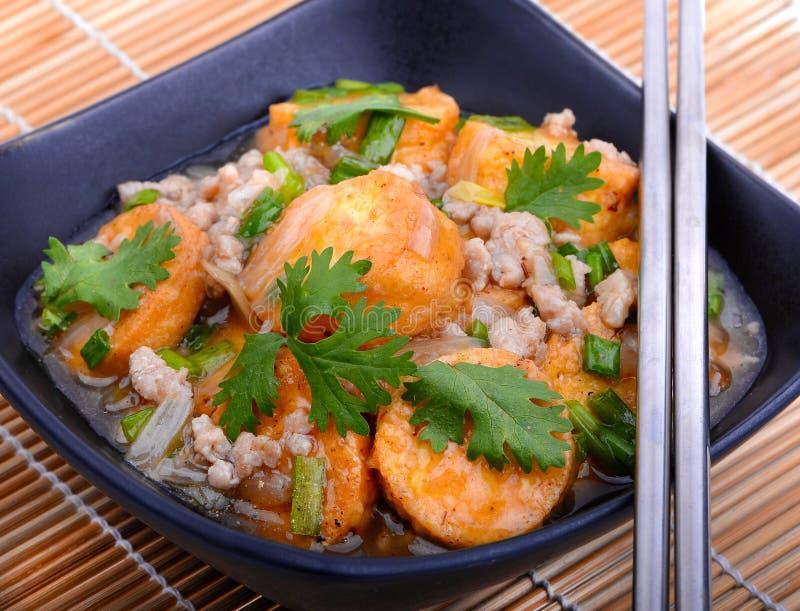 Mescoli il tofu fritto in una ciotola con sesamo e verdi Pasto asiatico del vegano in buona salute casalingo - tofu fritto fotografie stock