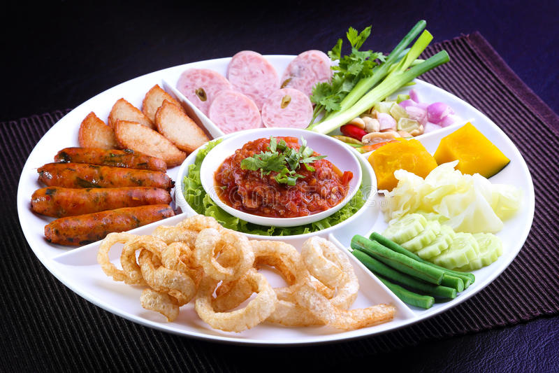 Mescoli l'alimento tailandese nordico - Sai Aua (salsiccia piccante tailandese nordica), Naem (carne di maiale acida), il Carrozz fotografie stock libere da diritti