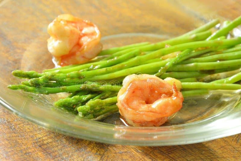 Mescoli l'asparago fritto con gamberetto in salsa dell'ostrica sul piatto immagine stock libera da diritti