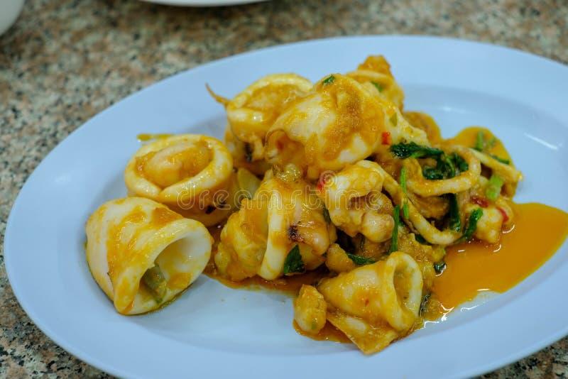 Mescoli l'uovo salato fritto con il calamaro immagine stock