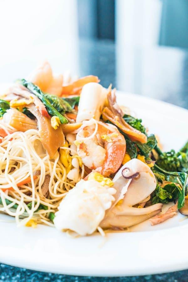 Mescoli le tagliatelle fritte con frutti di mare e le verdure miste fotografie stock