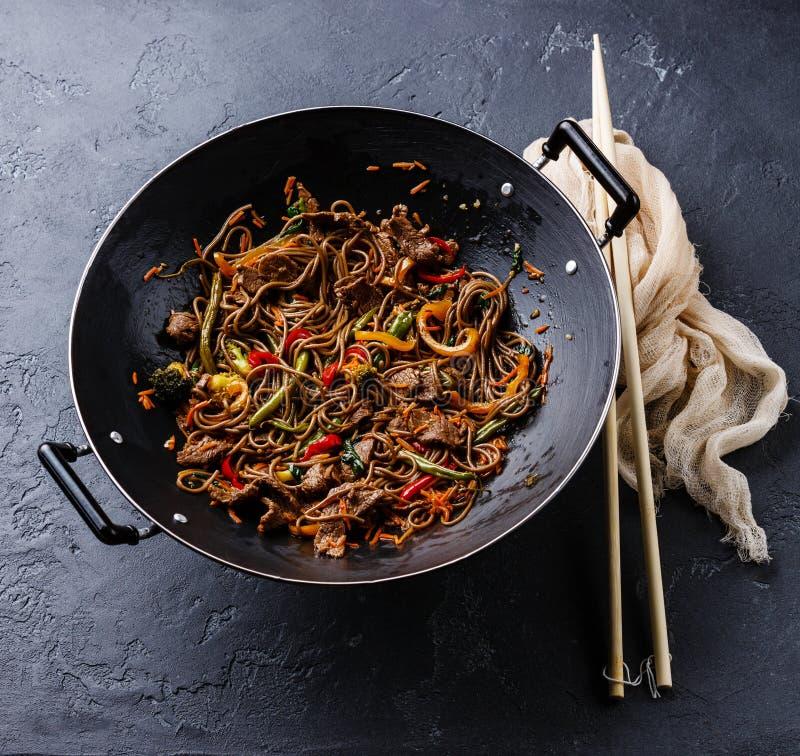 Mescoli le tagliatelle Yakisoba della frittura con il manzo e le verdure immagini stock libere da diritti