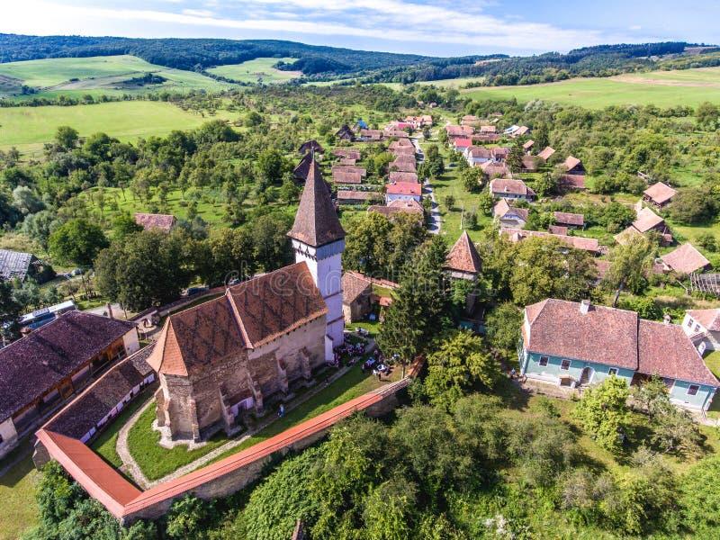Mesendorf versterkte kerk in een traditioneel Saksisch dorp stock afbeelding
