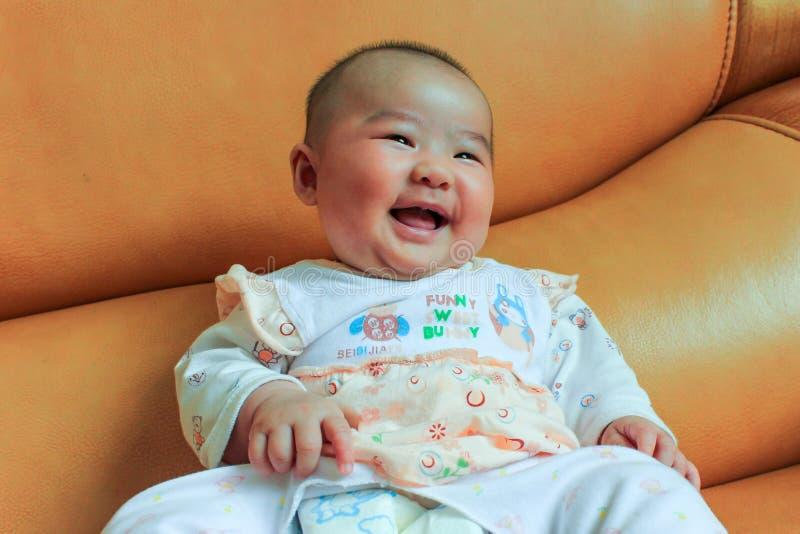 4 meses de la sonrisa del bebé fotografía de archivo libre de regalías