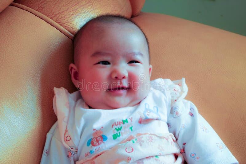 4 meses de sonrisa del bebé imagen de archivo libre de regalías