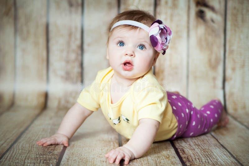 6 meses lindos de muchacha fotografía de archivo