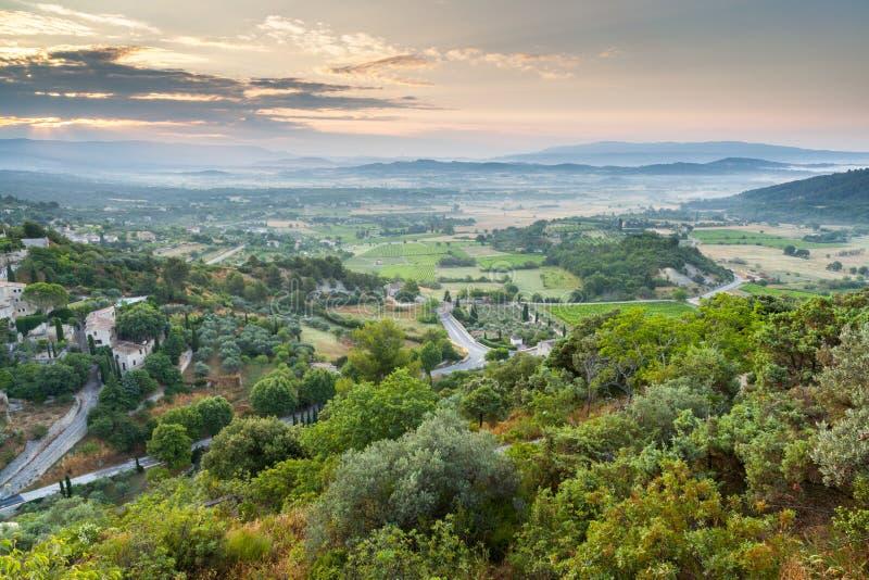 Meseta de Luberon cerca del pueblo de Gordes, Provence, Francia fotos de archivo