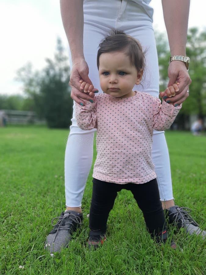 9 mesi della neonata nel parco immagini stock libere da diritti