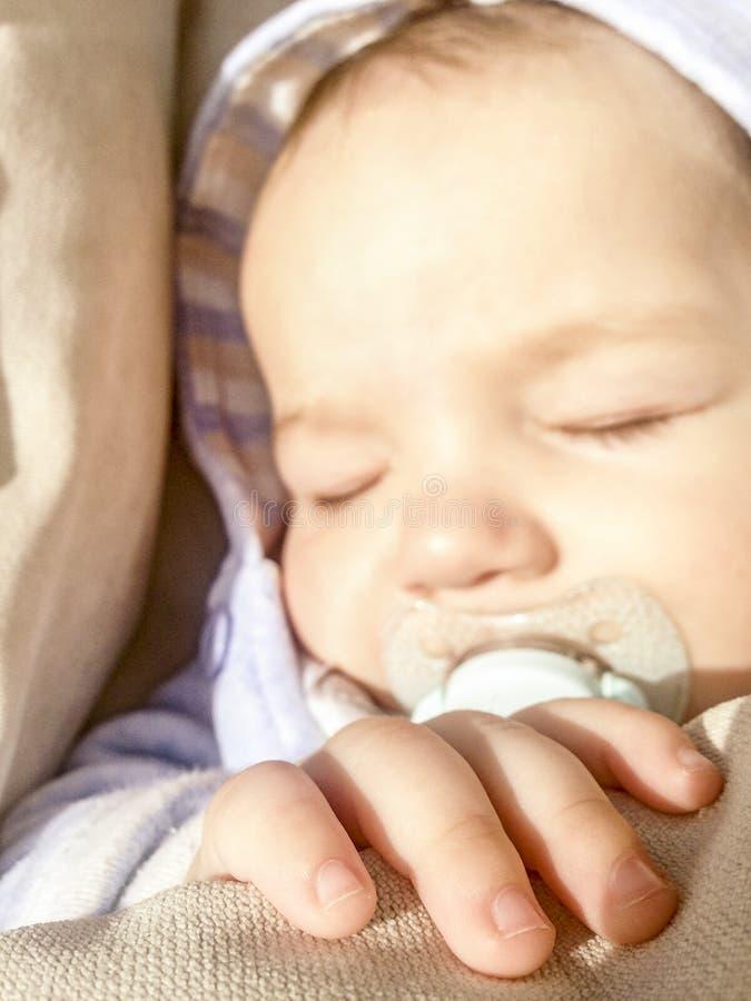 5 mesi di bambino che dorme nell'ambito dei raggi del sole fotografie stock