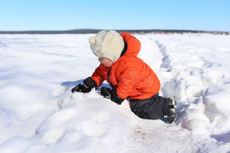 18 mesi di bambino che gioca con la neve immagini stock