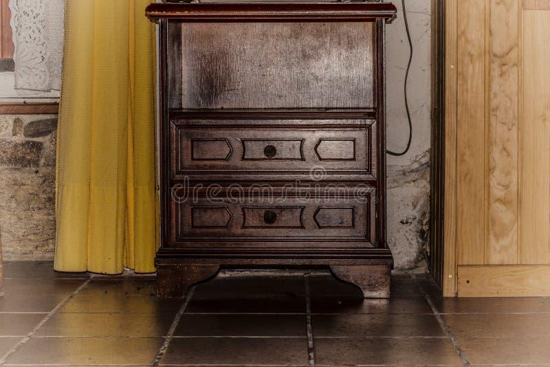 Mesita de noche de madera del vintage antiguo con la puerta y el estante vacío fotografía de archivo