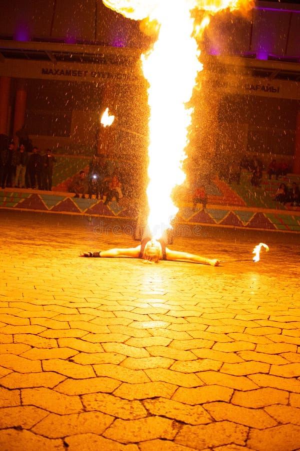 Mesmerizing пламенистое дыхание вечером стоковое изображение