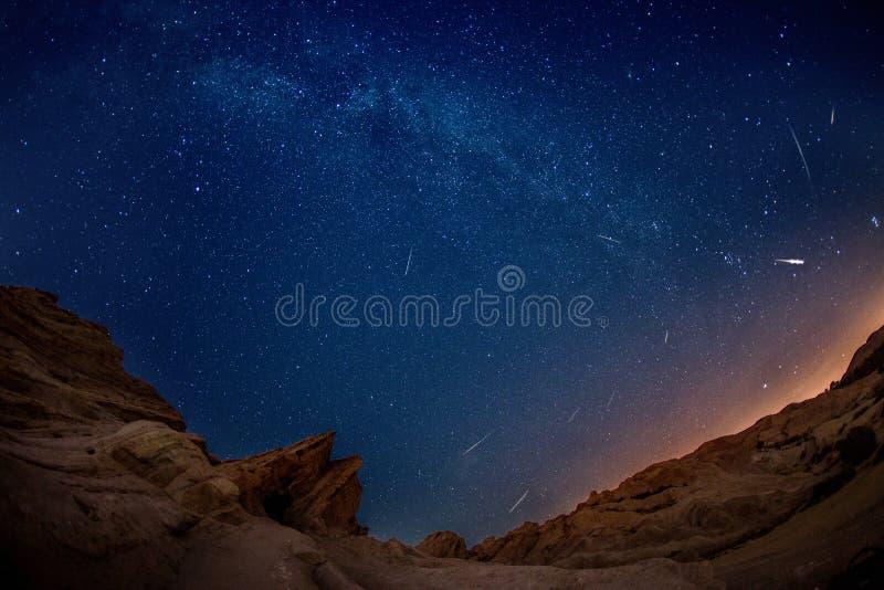 Mesmeryzować Perseid Meteorową prysznic przy Vasquez skałami na Sierpień 11 2016 obrazy royalty free