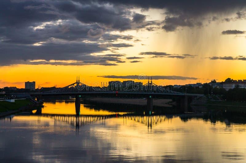 Mesmeryzujący płonący zmierzch nad lustrzaną glansowaną powierzchnią Volga rzeka, odbija dramatycznego niebo Miasto Tver, Rosja fotografia stock