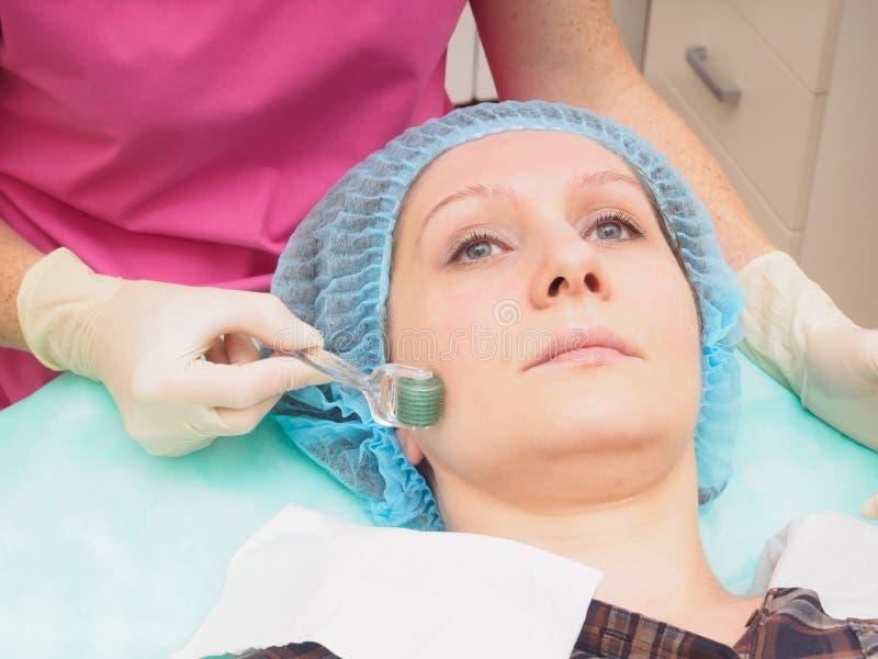 Mesoteraphy-microneedle Verfahren Verjüngung, Wiederbelebung, Hautnahrung, Faltenreduzierung stockfotografie