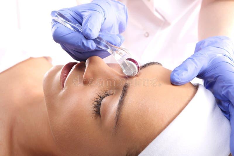 Mesotherapy behandling av flintskallighet arkivfoton
