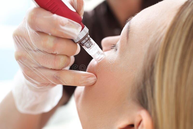Mesotherapy microneedle,美容师的妇女 图库摄影