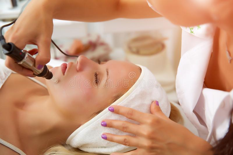 Mesotherapy Microneedle, behandlingkvinna på kosmetologen royaltyfri foto