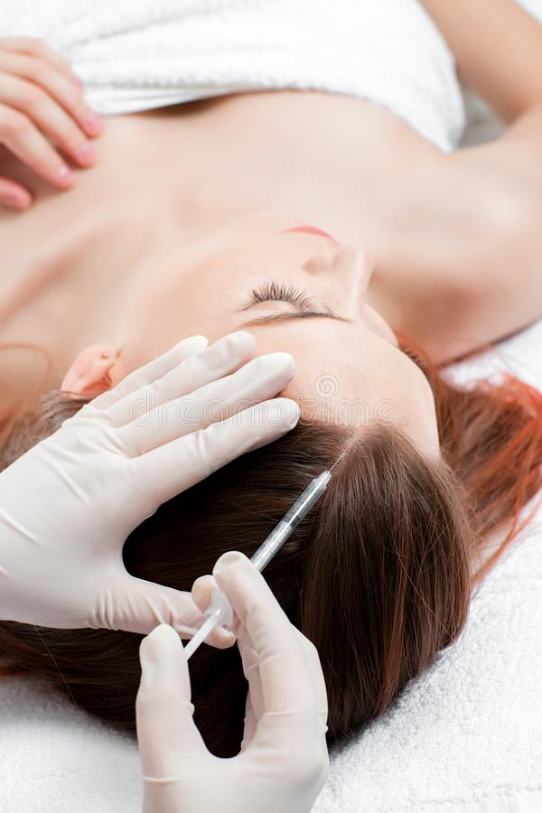 Mesotherapy naald Schoonheidsmiddel ingespoten in vrouwen` s hoofd stock fotografie