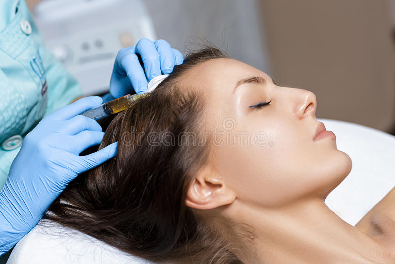 Mesotherapy naald Schoonheidsmiddel ingespoten in vrouwen` s hoofd Duw om haar en hun groei te versterken royalty-vrije stock foto