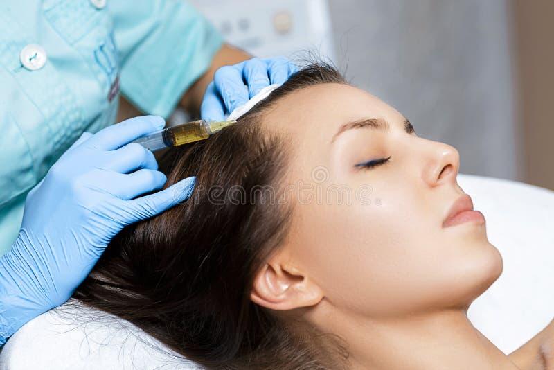 Mesotherapy naald Schoonheidsmiddel ingespoten in vrouwen` s hoofd Duw om haar en hun groei te versterken royalty-vrije stock foto's