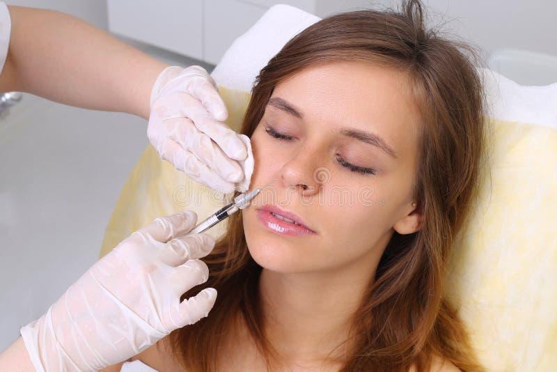 Mesotherapyinjecties in het gezicht stock afbeeldingen