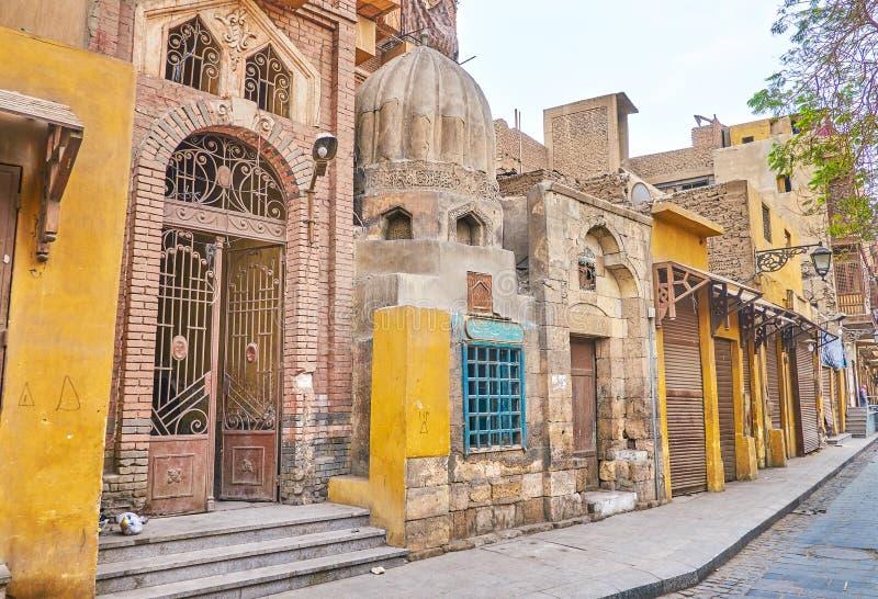 A mesquita arruinada pequena no Cairo islâmico, Egito imagem de stock