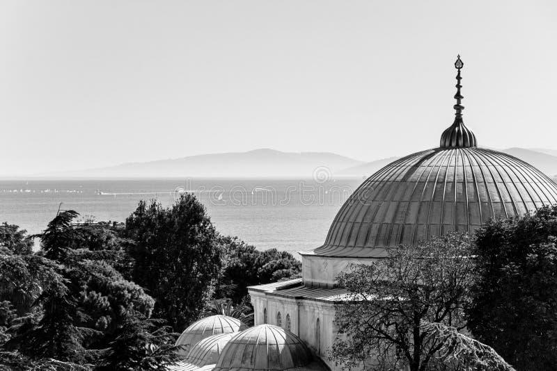 Mesquita azul com opinião do mar em Istambul imagens de stock royalty free