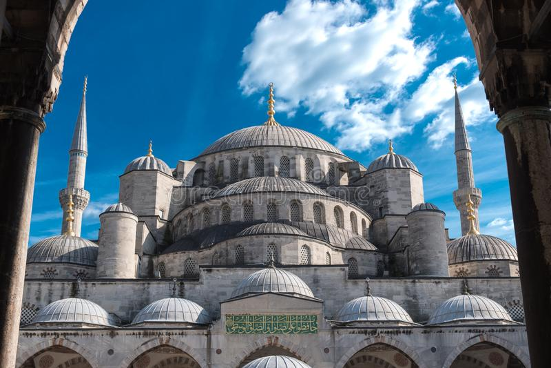 Mesquita azul, Istambul, Turquia com céu ensolarado acima foto de stock royalty free