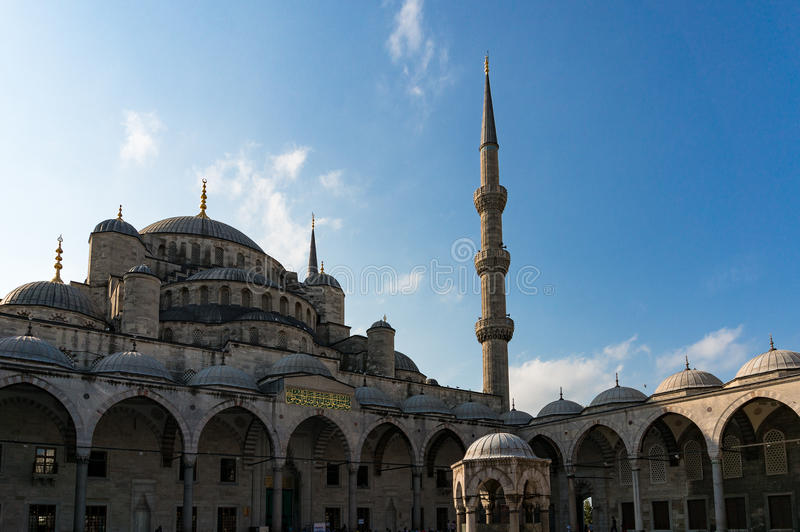 Mesquita azul, jarda interna de Sultanahmet Camii imagens de stock royalty free